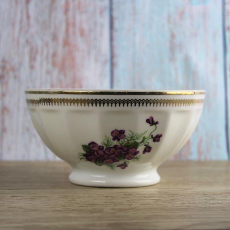 bol-en-porcelaine-de-limoges-décor-de-violettes-et-frise-dorée