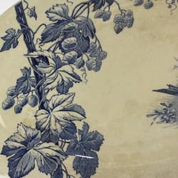 plat-ovale-en-terre-de-fer-branches-et-oiseaux